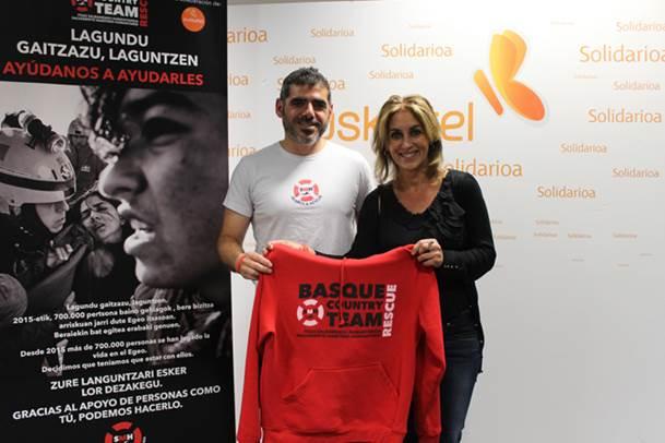 Iker Tapia, miembro y portavoz de la ONG Salvamento Marítimo Humanitario, y Nerea Lupardo, directora de Relaciones Institucionales de Euskaltel
